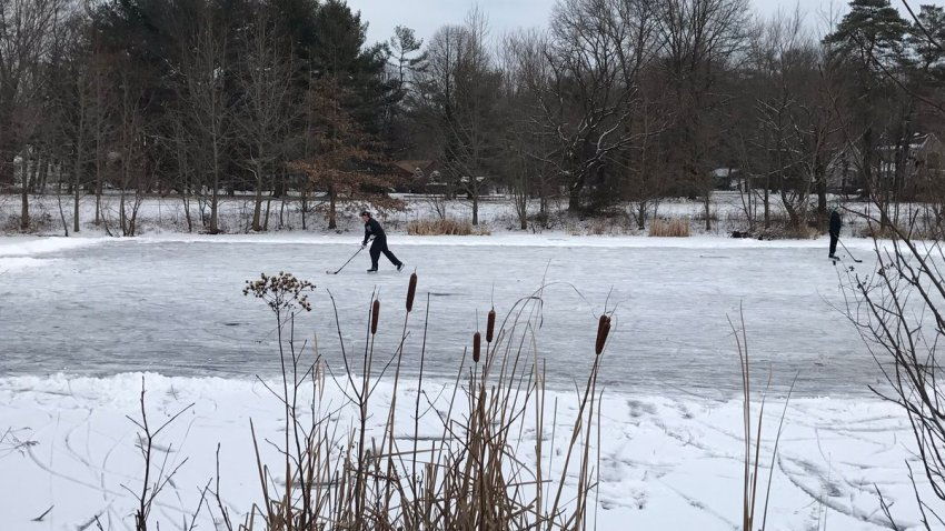 [UGCPHI-CJ]Cold enough for pond hockey in the Hunt Tract section of Cherry Hill. @NBCPhiladelphia https://t.co/