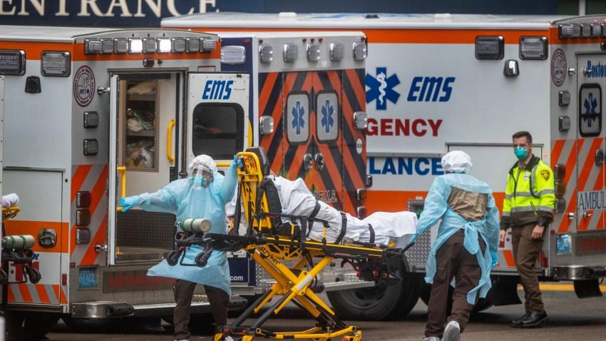 Los paramédicos ingresan a un enfermo en un hospital de Boston, el 24 de marzo de 2020.