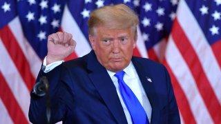 El presidente de Estados Unidos, Donald Trump, levanta el puño después de hablar durante la noche de las elecciones en el East Room de la Casa Blanca en Washington, DC, a principios del 4 de noviembre de 2020