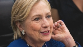 Clinton Ribs Trump With Russian Cap at Yale's Class Day