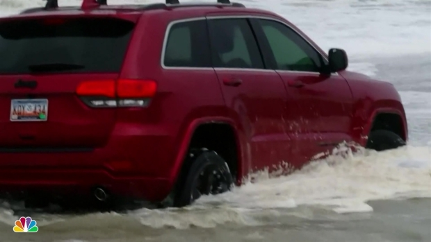 [NATL] SUV Stuck in Surf as Dorian Arrives in Carolinas