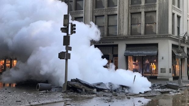 [NATL-NY] Dramatic Images: Steam Pipe Explodes, Buries Part of Midtown in Cloud