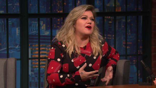 [NATL] 'Late Night': Kelly Clarkson's Son Loves Going on Stage With Her