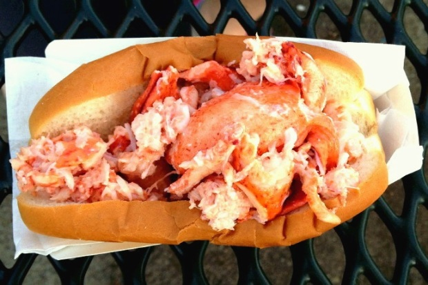 New Hampshire restaurant tries for record long lobster roll