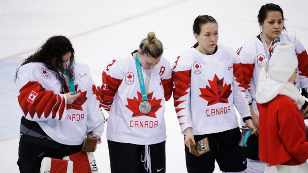 Canadian Hockey Player Removes Silver Medal After Loss to US