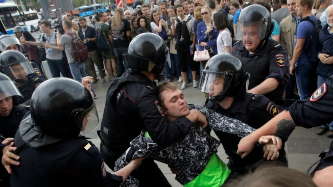 Thousands march against Vladimir Putin as rival Alexei Navalnyis arrested