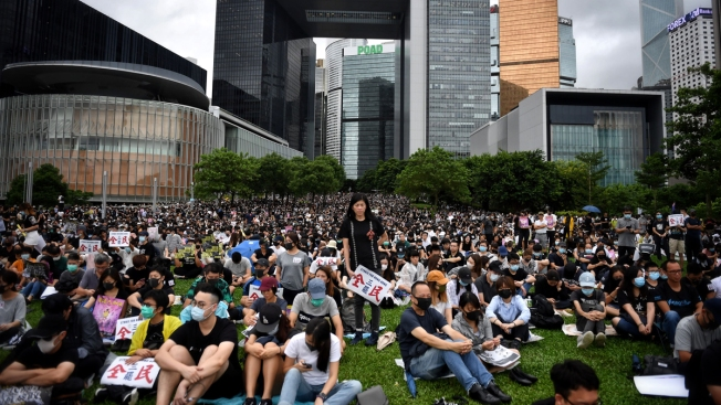 Hong Kong Students, Workers Strike as Commutes Disrupted